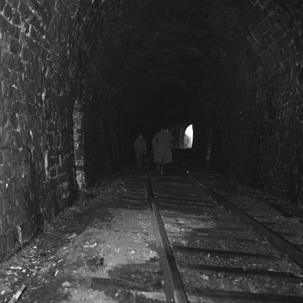 Le photographe Paul Aschman et son « guide » Knauf, en visite dans le tunnel de Huldange, un mercredi de février en 1961. Il n'y avait aucune crainte à avoir d'être écrasés : les trains ne circulaient que les mardis et les vendredis ! (Photo Paul Aschman 1961,© Photothèque Ville de Luxembourg)