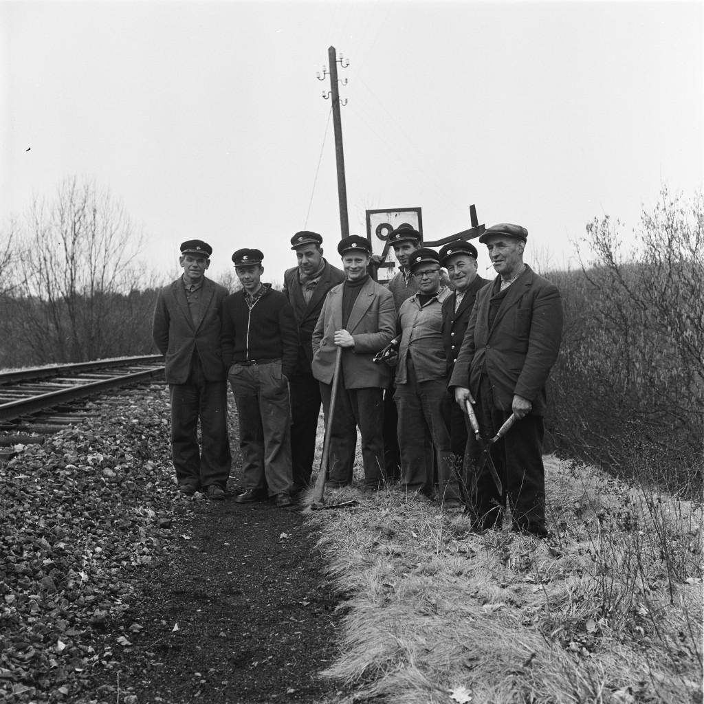 Des ouvriers de la voie de Troisvierges ( «  Ulflinger Rotte ») sur la ligne de la Vennbahn (Photo  Paul Aschman 1961, © Phototèque Ville de Luxembourg)