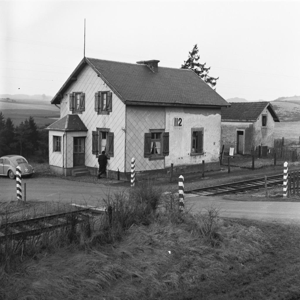 Une ancienne maison du garde-barrière de la Vennbahn près de Basbellain. Elle n'existe plus aujourd'hui. (Photo Paul Aschman 1961, © Photothèque Ville de Luxembourg)