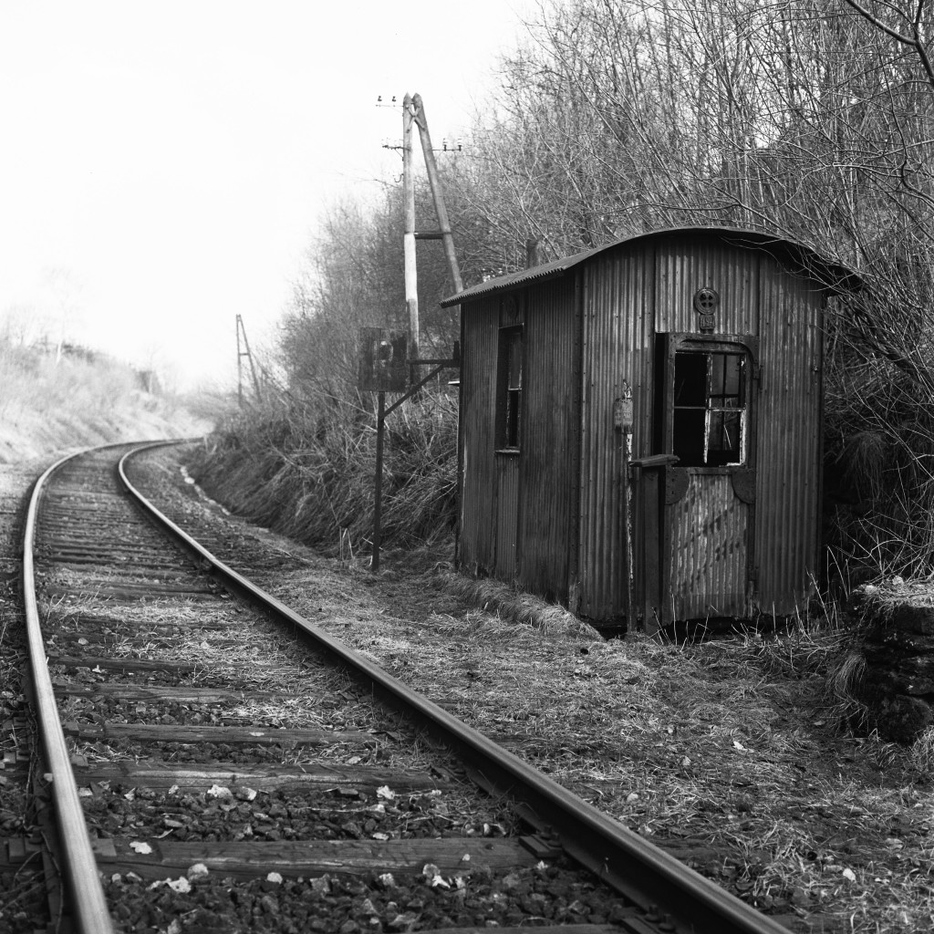 Das Bahnwärterhäuschen befand sich nördlich der Tunnels bereits auf belgischem Hoheitsgebiet. Im Hintergrund ist die Telefonleitung zu sehen. Im Jahre 1961 konnten die Bahnwärter allerdings nur nach Wilwerdange und Troisvierges telefonieren: Das Telefonkabel zwischen Burg-Reuland und Wilwerdange wurde mal gestohlen und dann auf belgischer Seite nicht mehr ersetzt (Foto Paul Aschman 1961, © Phototèque Ville de Luxembourg)