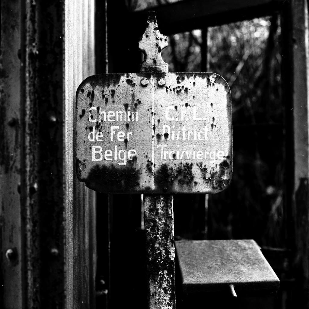 Dieses Bahnschild stand genau auf der luxemburgisch-belgischen Grenze (Foto Paul Aschman 1961, © Phototèque Ville de Luxembourg)