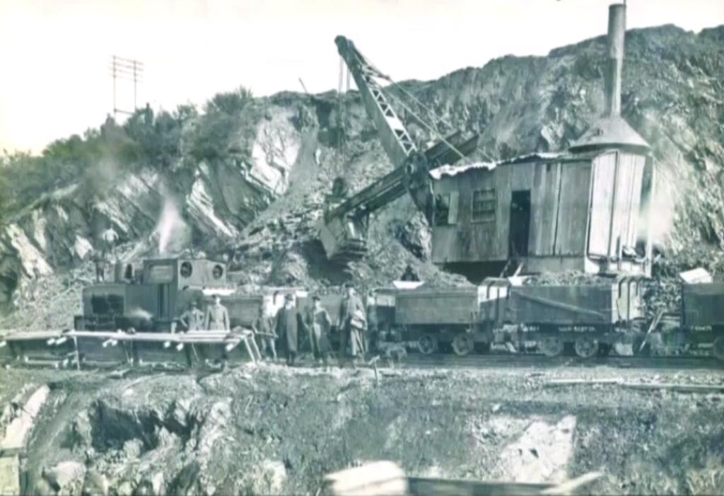 Dans les terrains impraticables de l'Eifel et des Ardennes, la construction de la Vennbahn a nécessité d'importants moyens.  (extrait du DVD « Der Zug kommt - Die Geschichte der Eisenbahn zwischen Venn und Schneifel » de Walter Langer et Hugo Lampertz en collaboration avec la société d'histoire «Zwischen Venn und Schneifel»)