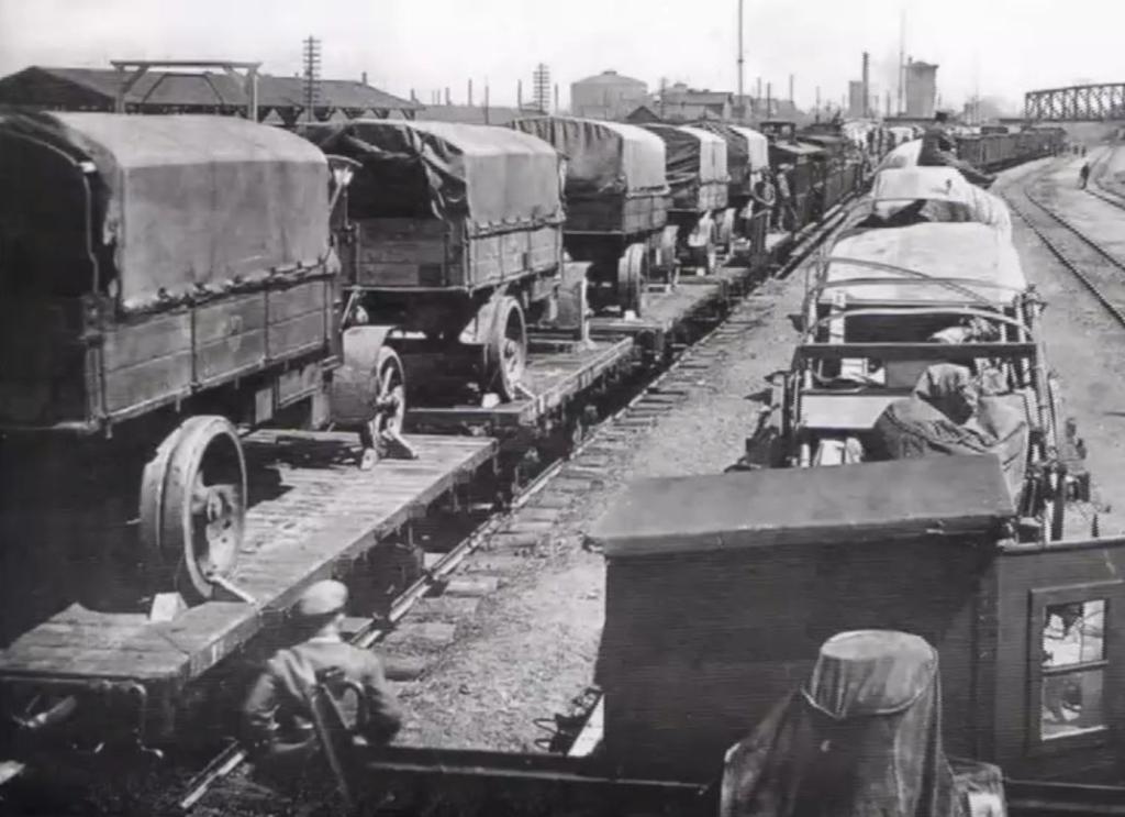 Les « lignes de guerre » servaient comme chemins de ravitaillement. (extrait du DVD « Der Zug kommt - Die Geschichte der Eisenbahn zwischen Venn und Schneifel » de Walter Langer et Hugo Lampertz en collaboration avec la société d'histoire «Zwischen Venn und Schneifel»)